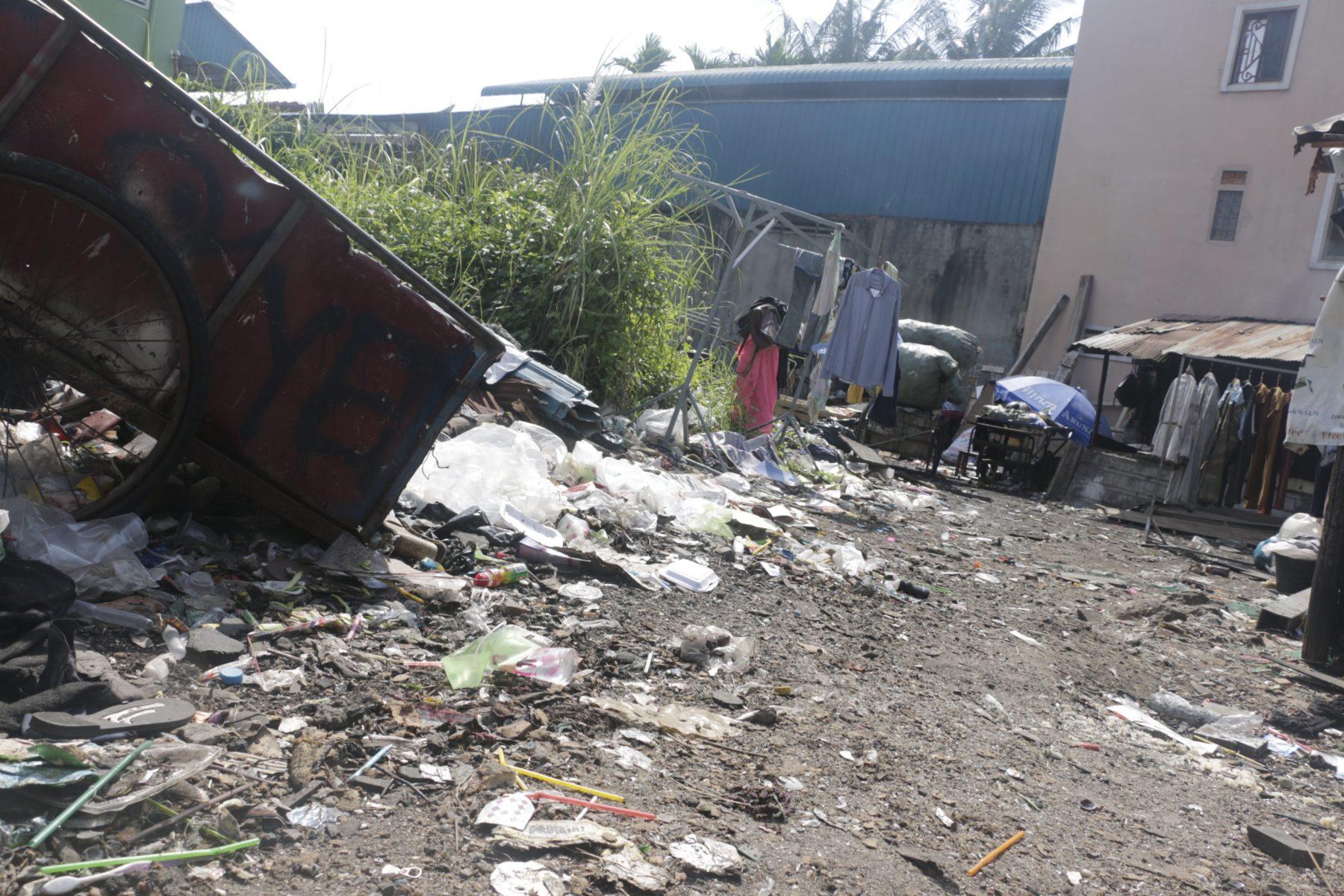Herumliegender Müll und ein Abfall-Wagen in der Gemeinde Samaki Roeung Roerng Community© STT