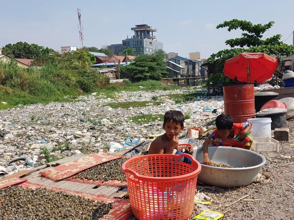 Plastikmüll ist in den Straßen der ärmeren Gegenden der Hauptstadt Phnom Penh ein ständiger Begleiter der Menschen © STT