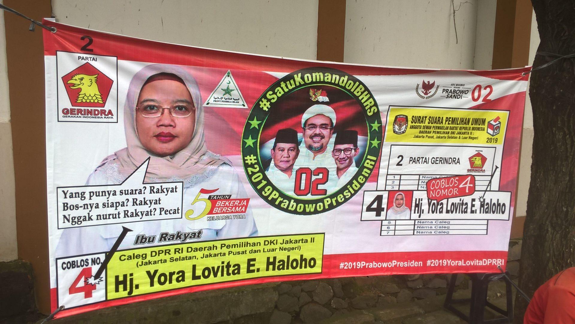 Einige Kandidat*innen aus Prabowos Partei Gerakan Indonesia Raya (Bewegung für ein erhabenes Indonesien, Gerindra) oder aus mit ihr koalierenden Parteien warben mit ihrer Mitgliedschaft oder ihrer Verbindung zur Front Pembela Islam (Front der Verteidiger des Islam, FPI). Die FPI ist eine militante islamistische Gruppe, die vor allem durch Selbstjustiz gegen angeblich unislamisches Verhalten auf sich aufmerksam macht und auch bei den Protesten gegen den christlichen Gouverneur von Jakarta, Ahok, eine gewichtige Rolle spielte. Dieses Plakat zeigt im Hintergrund Habib Rizieq sogar noch über Prabowo und Sandiaga Uno. Aber bei allen Anklängen an den politischen Islam dürfen auch hier nationalistische Symboliken wie die rotweiße Nationalflagge nicht fehlen. Die Botschaft: Nationalismus und Islam gehören zusammen! © Timo Duile