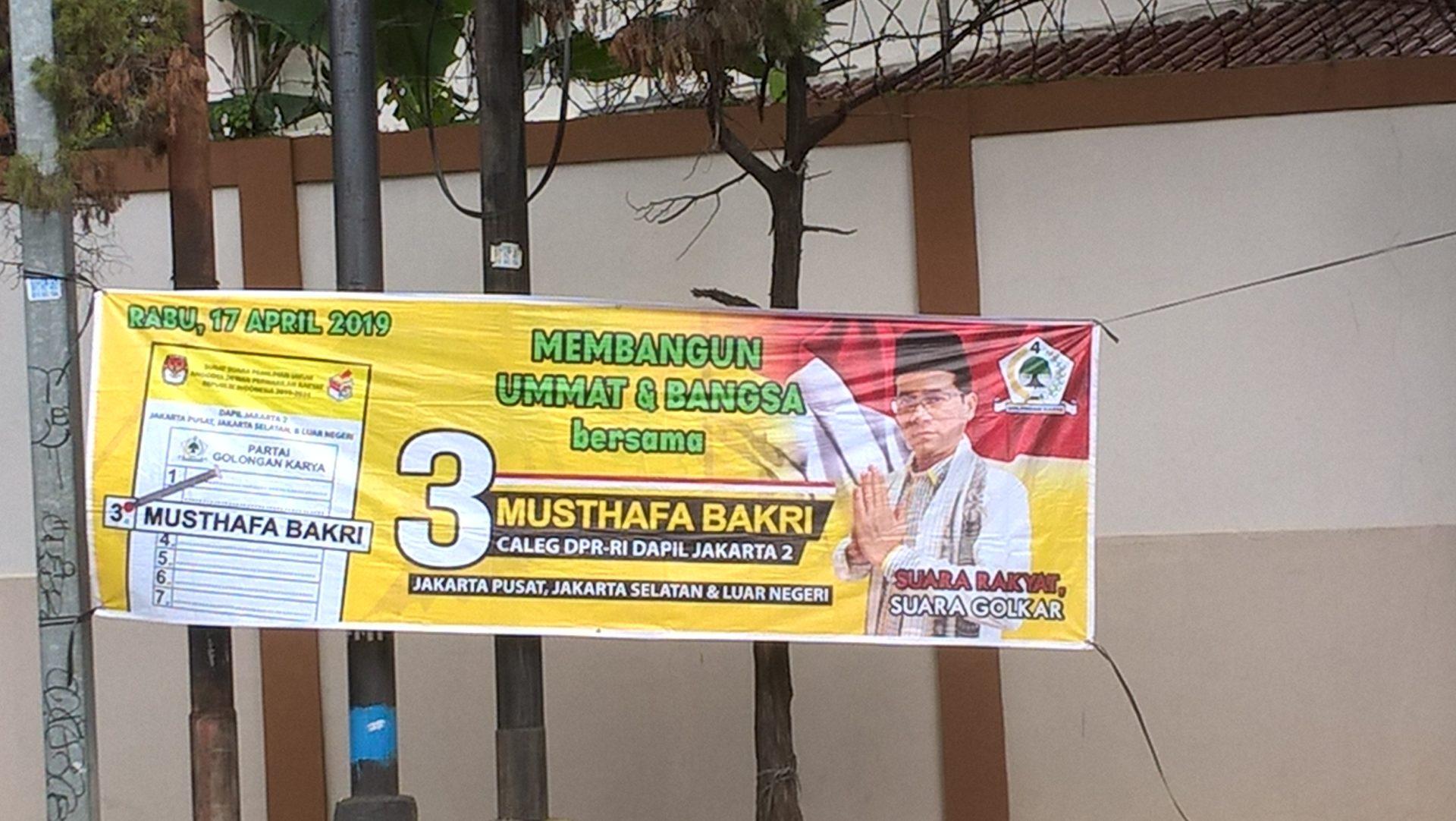Auch Kandidat*innen aus Jokowis Koalition, die aus nicht-islamischen Parteien kamen, setzten auf eine ähnliche Symbolik. Ein Kandidat der als säkular geltenden Golkar beispielsweise warb damit, die islamische Gemeinschaft (umat) und das Volk (bangsa) voranzubringen und präsentierte sich in islamischer Kleidung. © Timo Duile
