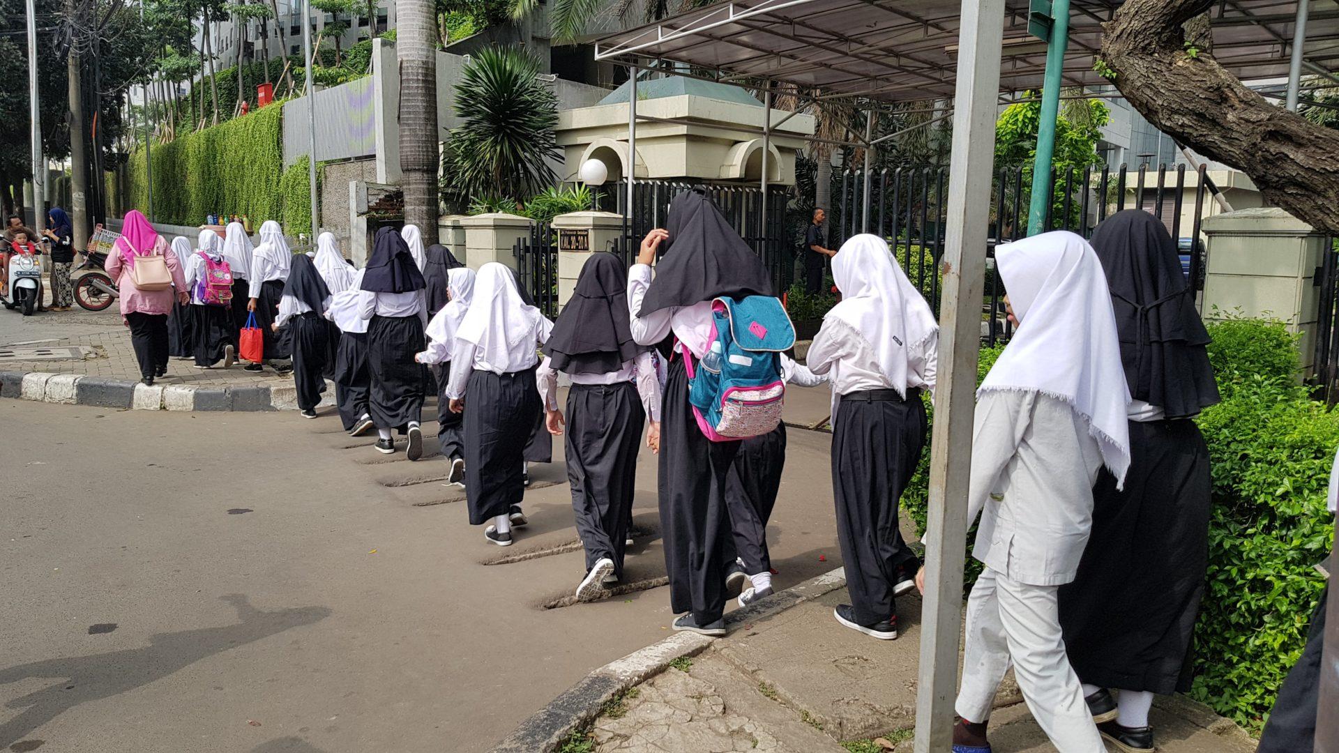 Hijab und ein langer Rock sind Pflicht für Mädchen in der Grundschule © Andreas Harsono