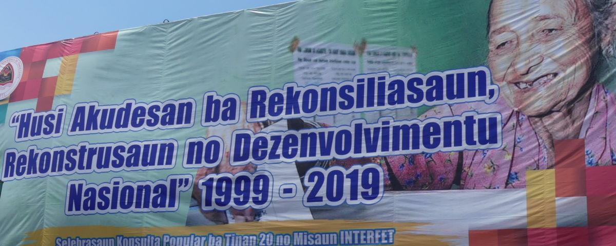 Aus der Asche in die nationale versöhnung, den Wiederaufbau und die Entwicklung 1999 – 2019 © Monika Schlicher