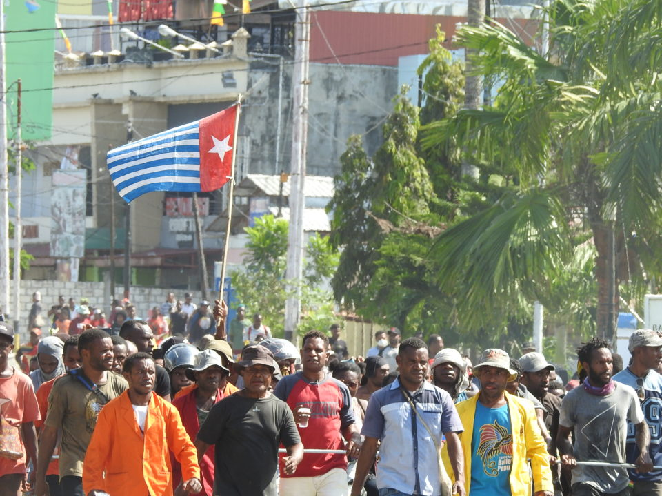 Morning-Star-Flagge bei einer Demonstration gegen Rassismus in West-Papua © Harun Rumbarar
