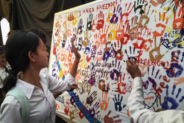 """… auf dem """"Gemeinsam für die Gleichstellung der Geschlechter"""" steht, um ihr Engagement zu bestätigen. © Kdei Karuna"""